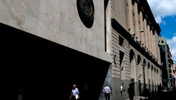 Viernes con feriado bancario: el riesgo país bajó a niveles de mediados de octubre