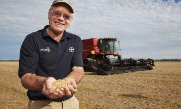 Eric Watson, al lograr el nuevo récord mundial de rinde de trigo.