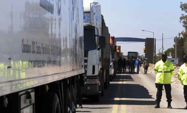 Con el apoyo de Moyano, camioneros bloquean los ingresos a la provincia de San Luis