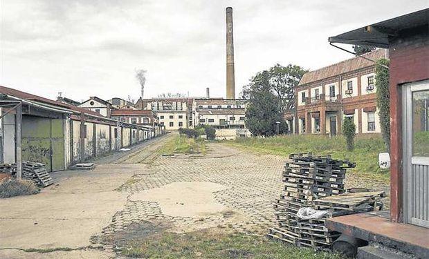 Hoy. Aun en su estado actual, con sectores virtualmente abandonados, la planta deja ver huellas de un pasado de esplendor. Foto: Marcelo Manera
