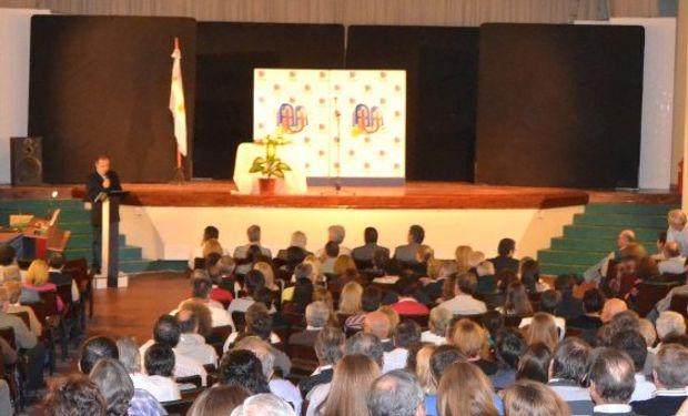 Auditorio en la conferencia de Santiago Kovadloff en el marco de los 95 años de la Unión Agrícola de Avellaneda.