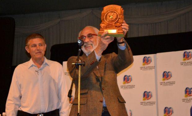 El Presidente de la Unión Agrícola de Avellaneda, Norberto Niclis, hizo entrega de un presente a Santiago Kovadloff.