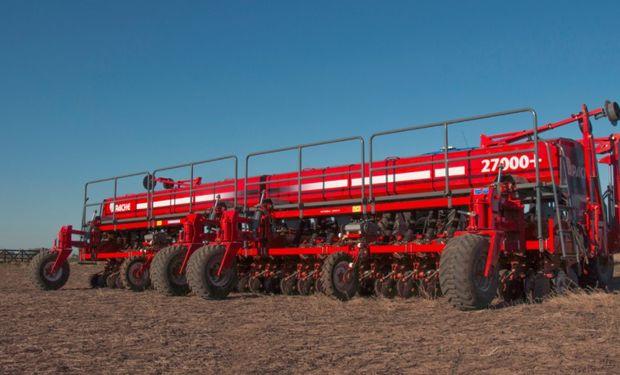 Durante la exposición, donde contará con dos stands, la empresa de Las Parejas presentará la nueva sembradora modelo 27000 para maní.
