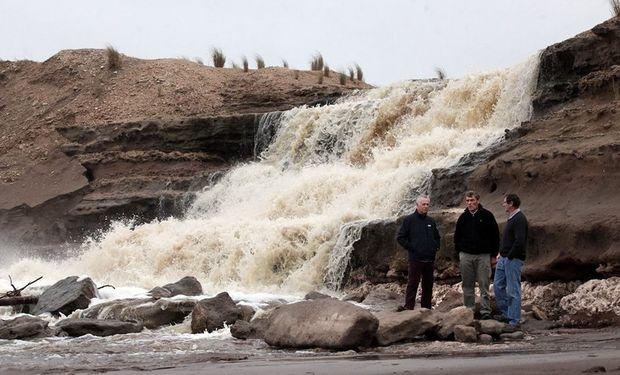 Balsategui, Heiland y Pailhe, en Necochea, frente a un canal que desagota el agua de la inundación. Foto: LA NACION