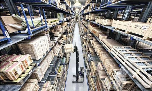 En Hamm, más de 135.000 piezas se administran en una superficie de almacenamiento de 40.000 metros cuadrados y unos 50.000 metros de pallets.