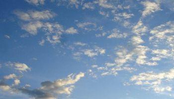 Cielo algo nublado y estable