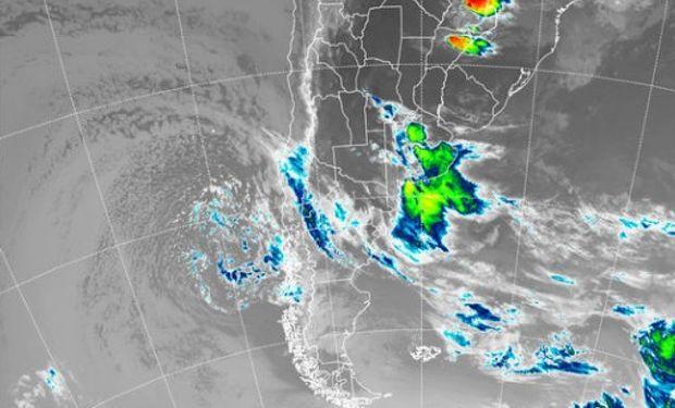 En el recorte de la imagen satelital, resalta la actividad que tiene epicentro sobre el centro oeste de Buenos Aires.