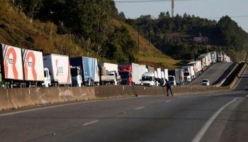 Se agrava en Brasil la protesta de camioneros contra la suba del combustible