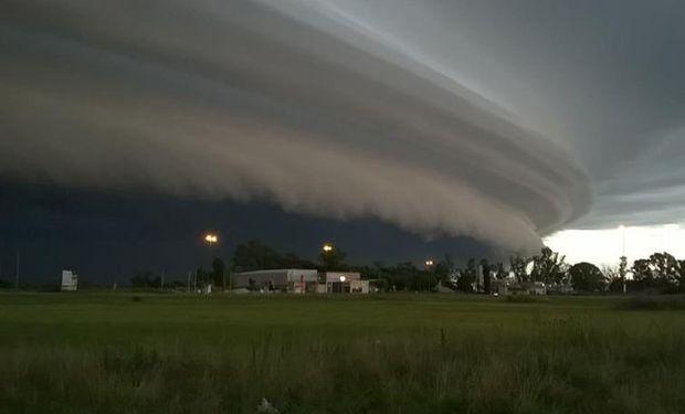 Rige un alerta por tormentas fuertes sobre regiones del centro.