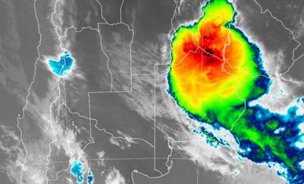 En el recorte de imagen satelital puede apreciarse el epicentro donde se están generando las tormentas de mayor desarrollo vertical de la nubosidad.