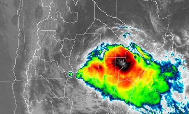 En el recorte de imagen satelital se observa el despliegue de celdas de tormentas que se anidan desde el sur sudeste de Santiago del Estero.