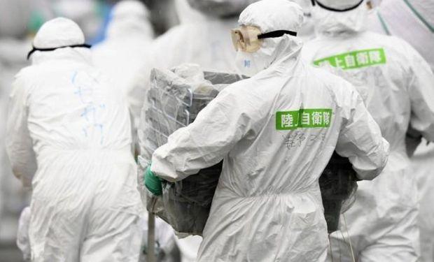Miembros de las Autodefensas de Japón realizan una operación de cuarentena en una granja de cerdos en Toyota, Japón.