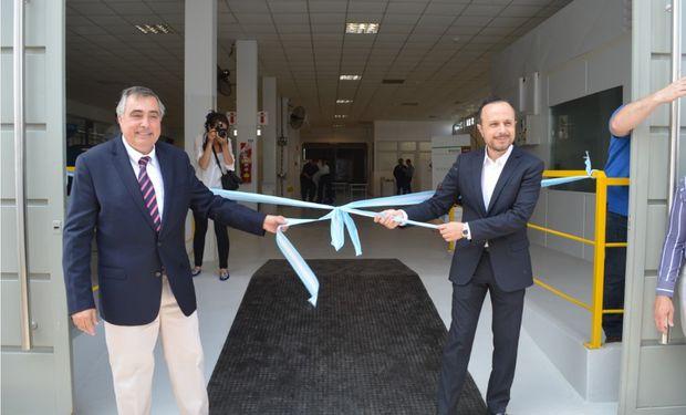 Ricardo Yapur, Pte. de Rizobacter y Antonio Aracre realizan el tradicional corte de cinta