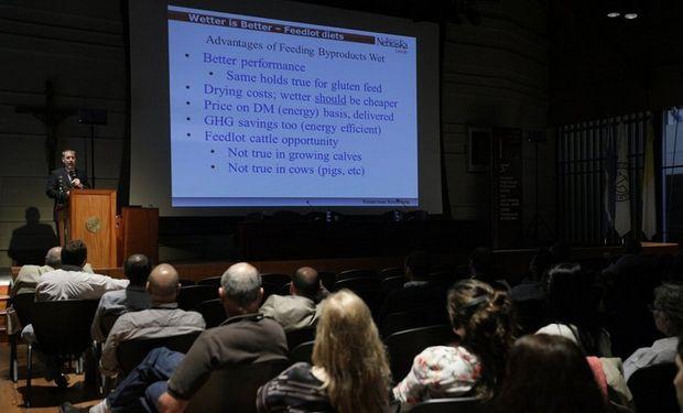 El doctor Galen Erickson, de la Universidad de Nebraska, uno de los ochenta disertantes que presentaron sus trabajos durante las tres jornadas del Congreso.