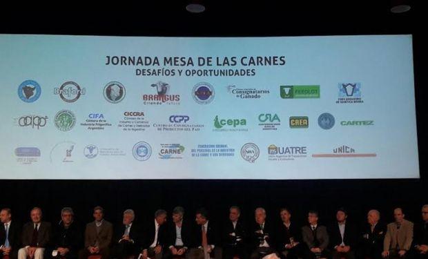 El anfitrión de la megamuestra, Luis Etchevehere, el ministerio de Agroindustria, Ricardo Buryaile y el coordinador de la Mesa, Luis Lacroze inauguraron la jornada.