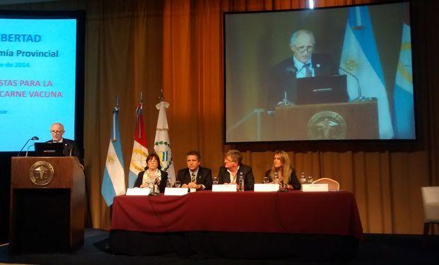 De izquierda a derecha: Luis Bameule, Patricia Bergero, Luis Miguel Etchevehere, Rubén Ferrero y María Beatriz Giraudo