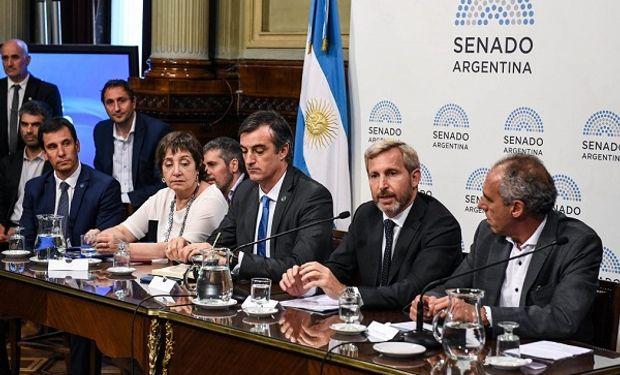 El ministro del interior, Rogelio Frigerio junto a la comisión de Presupuesto y Hacienda.