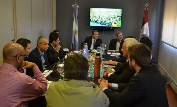 Los ministros Sergio Busso y Roberto Avalle recibieron a la delegación extranjera interesada en el comercio de granos y legumbres.
