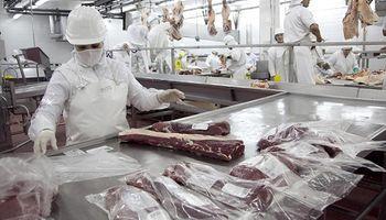 Los trabajadores de la carne acordaron un aumento salarial del 28 %