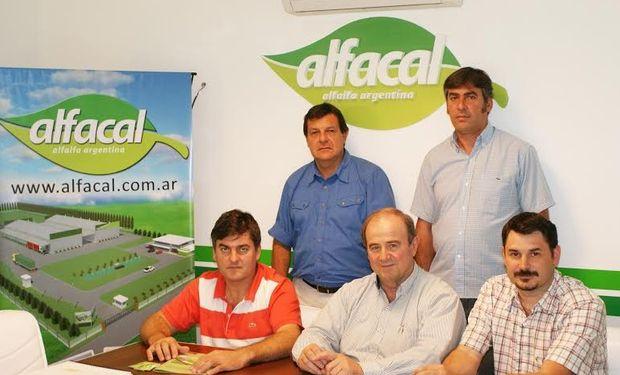 Socios de Alfacal, de izquierda a derecha Fabián Russo y Daniel Dealbera (parados), en tanto que sentados se ubican Gustavo Delbera, Oscar Carreras y Gustavo Olocco.