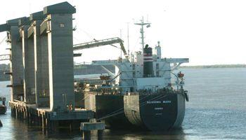 Llega a San Lorenzo el primer buque cargado con soja de Estados Unidos