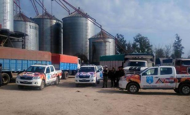 La Policía, en la planta de silos de la localidad de Olivera, Luján, donde se hizo el procedimiento y fue detenido el encargado, de 60 años.