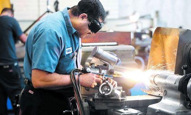 La industria cayó 4% en abril y cerró 9 meses de derrumbe