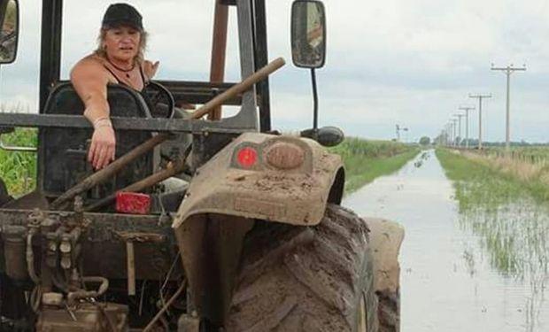 La productora Ana Pronotti en el tractor que usa a diario.