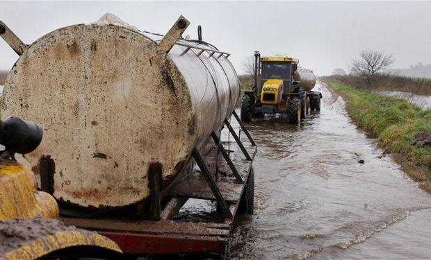 Una de las pesadillas de los tamberos: sacar la leche del ordeño por caminos inundados.Foto:Archivo/Santiago Hafford