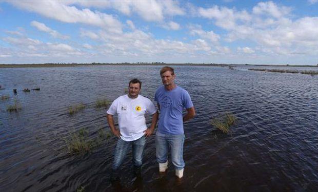 Gerardo Cerutti y Adrián Cordero, productores agropecuarios y de lácteos, en La Playosa, frente a su planta.Foto:Diego Lima
