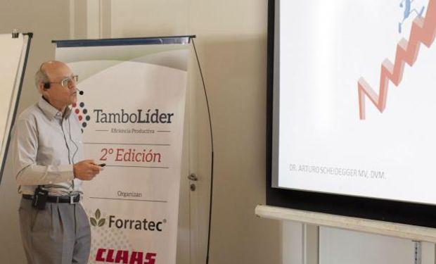 Arturo Scheidegger disertó en Villa María, en la jornada Tambo Líder, sobre sistemas lecheros estabulados (Prensa Villanueva).