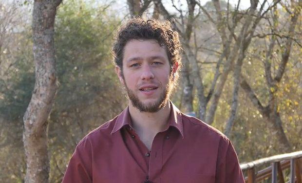Tane es apicultor y fiísico, y no pasó por la escuela formal.