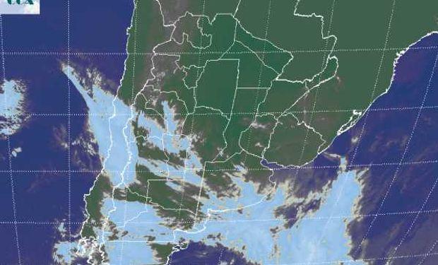 La foto satelital presenta coberturas nubosas variables, más homogéneas hacia el sur sudeste de BA y en el norte de LP.