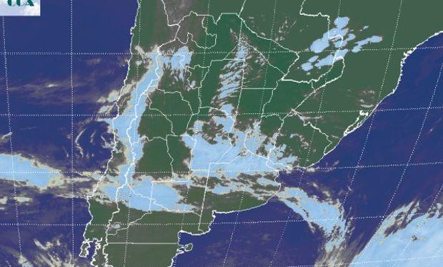 La foto satelital permite apreciar un vasto sector cubierto de nubosidad con desarrollo medio.