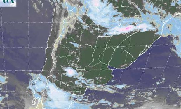 La foto satelital presenta cielos despejados en gran parte del centro del país.