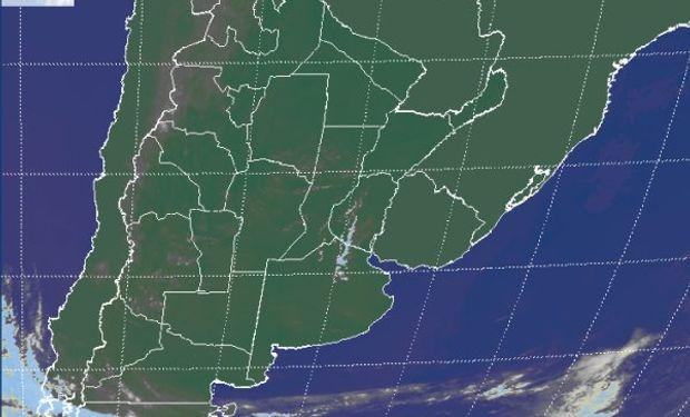 La imagen satelital presenta algún tránsito de nubosidad media por la franja central del país, nada que pueda ganar desarrollo e interrumpir el buen tiempo que domina todo el país.