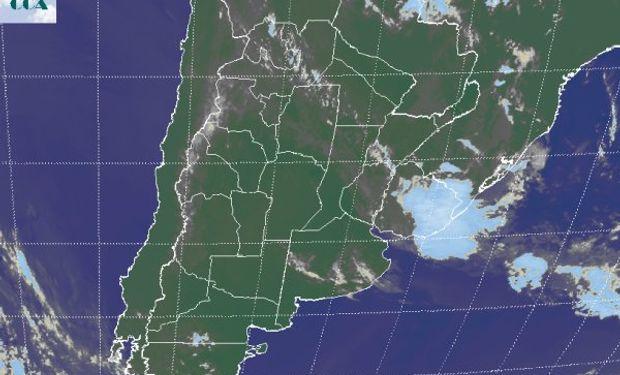 En la foto satelital se observa la franja de nubes bajas sin potencial pluvial que desde el NOA se extiende hasta la provincia de ER