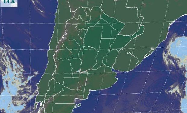 La foto satelital presenta una continuidad en las condiciones de buen tiempo, con algunas nubes bajas que se presentan en el NOA y dejan algunas lloviznas menores.