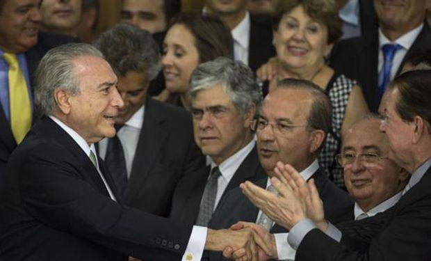 Temer, ayer, al llegar al Palacio del Planalto, antes de dirigirse al país, ya como presidente interino. Foto: AP / Felipe Dana.