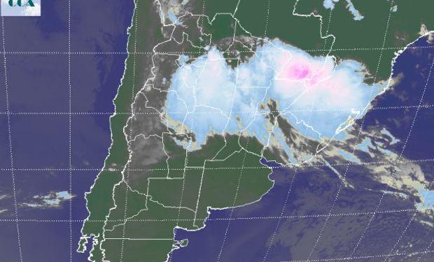 La foto satelital presenta un vasto despliegue de coberturas nubosas desde el norte de la región pampeana hacia las zonas agrícolas del sur del NOA y hacia el NEA.