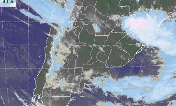 En la foto satelital se aprecia la salida hacia el este de la baja presión y el frente asociado, que ayer dejo copiosas precipitaciones.