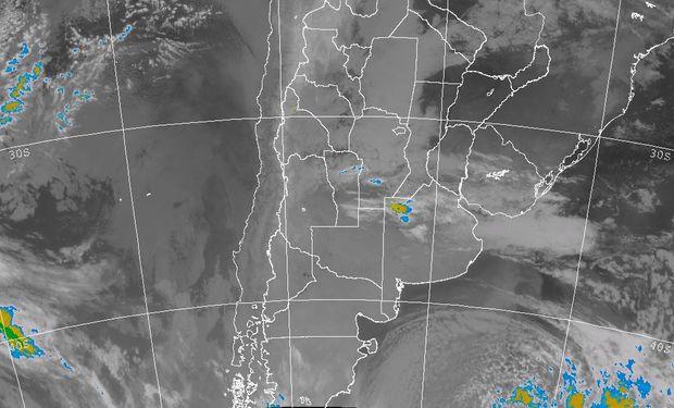 La foto satelital, permite observar un importante despliegue de nubes bajas.