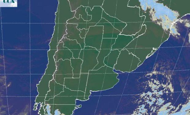 La foto satelital permite apreciar el generalizado despliegue de cielos despejados, que se ven interrumpidos en el norte del país.