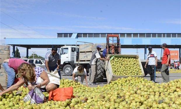 Fruta en la calle ayer, cerca del puente que une Río Negro y Neuquén.Foto:Diario Río Negro