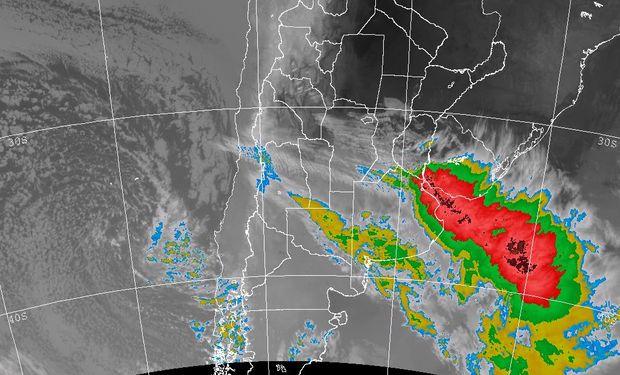La foto satelital permite definir la zona donde las nubes han adquirido mayor desarrollo y por ende donde las condiciones del tiempo son severas.