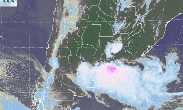 La foto satelital permite apreciar el máximo de actividad sobre la zona del estuario del Río de la Plata, sin embargo estas tormentas han recorrido todo el norte de BA desde la noche de ayer.