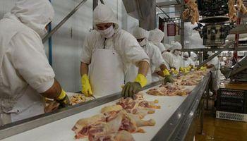 Trabajadores del sector avícola acordaron un aumento salarial del 41 %