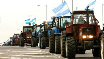 Tractorazo y camionetazo al Monumento a la Bandera