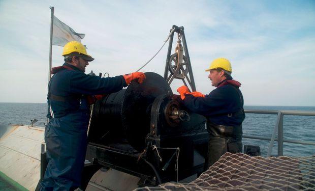 La tripulación realizó 3 lances de pesca a 80 metros para verificar el funcionamiento de redes y el guinche de pesca.