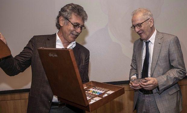 Hugo Sigman (CAB) le entregó la distinción a Trucco.